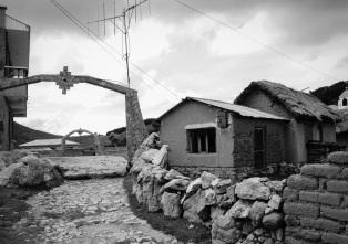 Población rural en el lago Titicaca, una convivencia entre lo tradicional y lo moderno. Isla del Sol (Bolivia). Enero de 2015.
