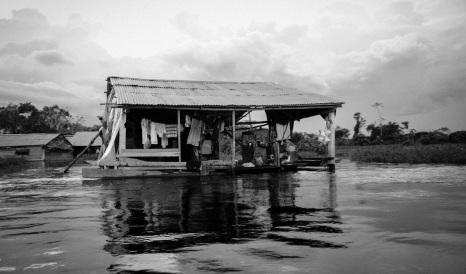 Inundación de las comunidades alrededor del río Amazonas en época de lluvias. Iquitos (Perú). Marzo 2015.